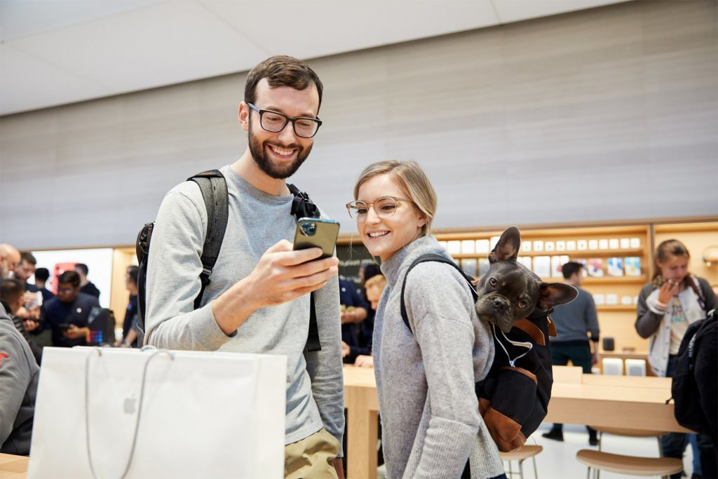 Apple iPhone 11 Pro Apple Watch 5 Availability NY guests with midnight green iPhone 11 Pro